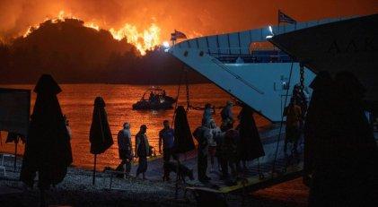 Incendios en Grecia: el impactante video que muestra el avance del fuego en la isla de Evia