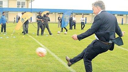 En offside: Macri empezó a jugar el superclásico