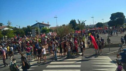 G7: la Policía francesa reprimió violentamente a 15.000 manifestantes