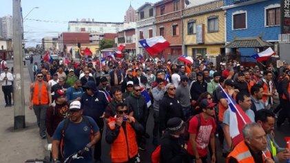 [Video] Portuarios, docentes y jóvenes marchan por Antofagasta contra Piñera y el estado de emergencia