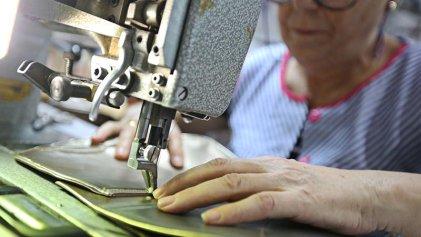 Gran ejemplo de clase: trabajadoras del calzado cosen mascarillas de forma solidaria