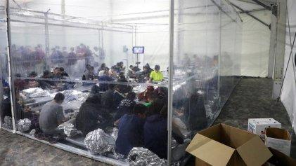 Biden mantiene a miles de menores migrantes en condiciones inhumanas