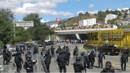 Manifestación de profesores y estudiantes destroza las oficinas del PRI en Chilpancingo