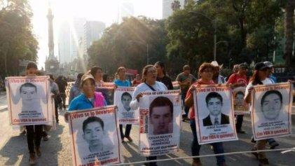 Familiares de los normalistas de Ayotzinapa marchan a 37 meses de su desaparición