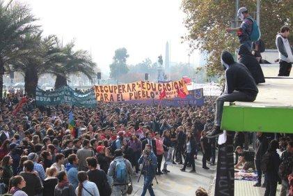"""Miles de estudiantes chilenos se movilizan por el """"fin a la deuda"""" y la educación gratuita"""