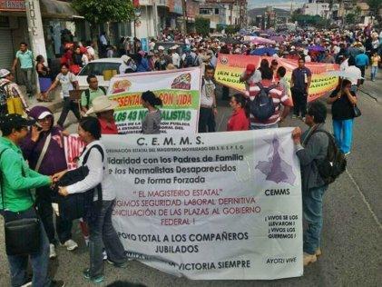 Trabajadores estatales se movilizan en Guerrero ante la falta de pago