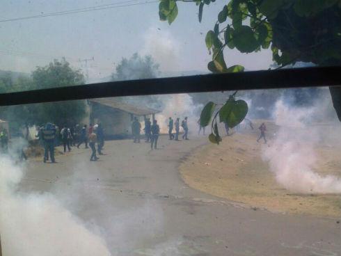Michoacán: salvaje represión contra estudiantes normalistas que exigen becas y plazas